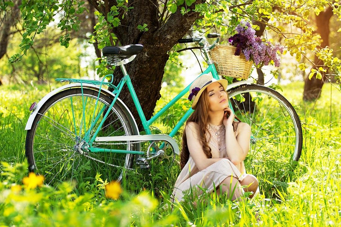 253668_dziewczyna_w_kapeluszu_rower_koszyk_bez_odpoczynek_park_wiosna