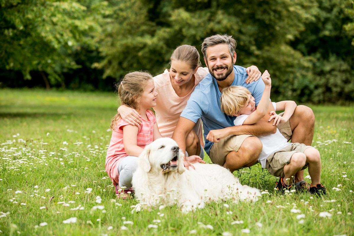 leukefeld__naturprodukte_und_vertrieb_-_glueckliche_familie_mit_hund
